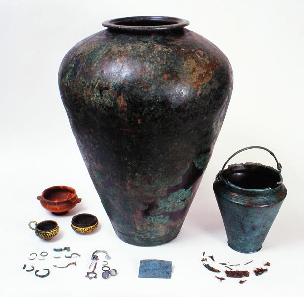 Corredo della tomba femminile 2151 da Santa Lucia di Tolmino (fine VI – inizi V sec. a.C.).